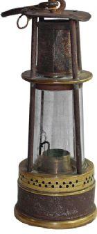 Photo numismatique  ARCHIVES VENTE 2013 -Coll Henri Dolet JETONS ET MÉDAILLES DES MINES LAMPES DE MINEURS  776- Lampe CLANNY Bainbridge, type Boty. Marque belge, Achille André (La Bouverie), vers 1900.